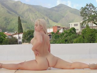 Curvy ass blonde flexes while posing defoliate and insolent